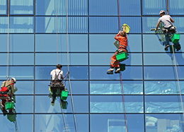 Уборка после ремонта и мойка фасадов и окон в Москве промышленными альпинистами