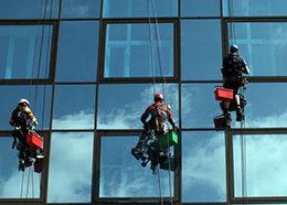 Мытье фасадов и окон в Москве промышленными альпинистами от компании Педант