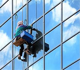 Мытье фасадов и окон в Москве промышленными альпинистами от ООО Педант