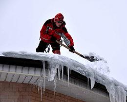 Уборка снега с кровли и услуги по уборке снега с крыш в Москве