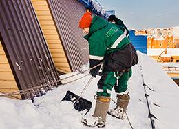 Уборка снега с кровли и стоимость профессиональной уборки снега с крыш