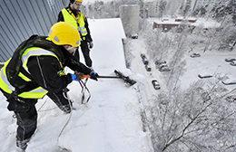 Уборка снега с кровли и чистка снега с крыш - профессиональный клининг в Москве