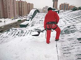 Уборка снега с крыши от компании Педант